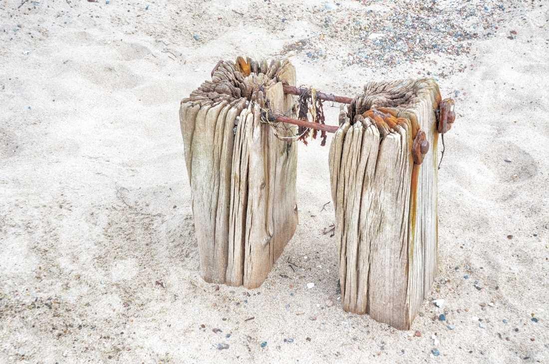 Irk Boockhoff, Verwittertes Holz am Strand (Strand, Sand, Holz, verwittert, morbid, maritim, Fotokunst, Treppenhaus, Wohnzimmer, Badezimmer, Wunschgröße, bunt)
