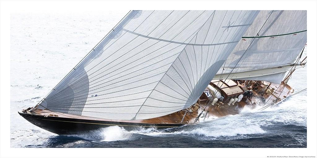 Guillaume Plisson, Voiles bordées - classic yacht (Segelboot, Segel, Wind,  Segelsport, Meeresbrise, Nostalgie, Treppenhaus, Badezimmer, Wohnzimmer, Fotokunst, bunt)