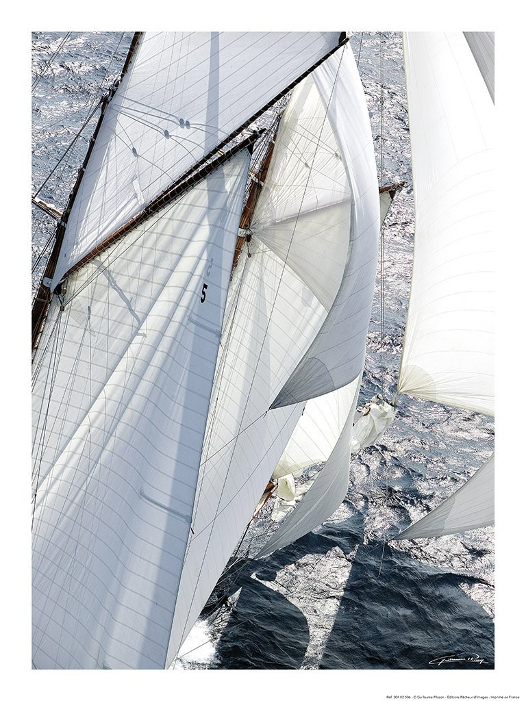 Guillaume Plisson, Yachting classic - Les Voiles de Saint-Tropez (Segelboot, Segel, Wind,  Segelsport, Meeresbrise, Nostalgie, Treppenhaus, Badezimmer, Wohnzimmer, Fotokunst, bunt)