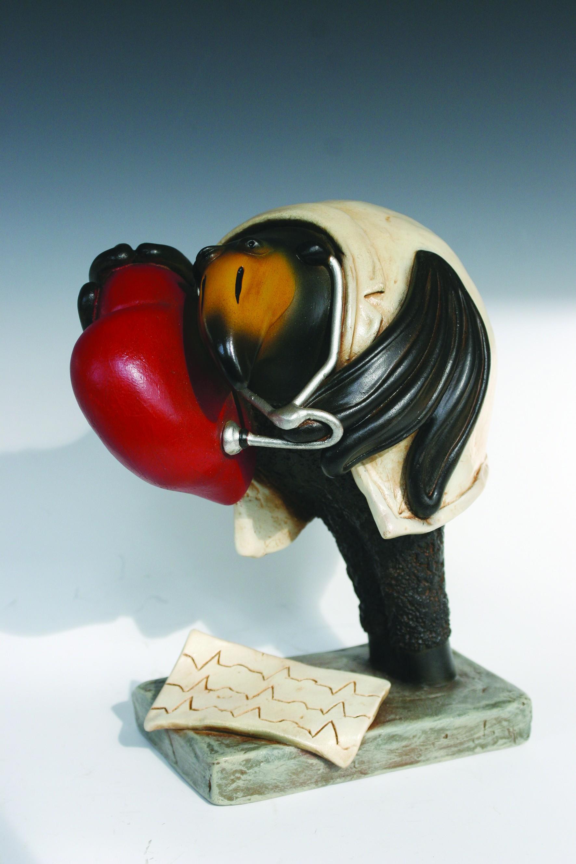 Bernardo Esposto, RabenArt: Der Kardiologe, 23 x 20 x 13cm (RabenArt, Rabe, Beruf, Herz, Kardiologe, Arzt, witzig, lustig, Wohnzimmer, Arbeitsplatz, Skulptur, Plastik, Figur, Kunstguss)