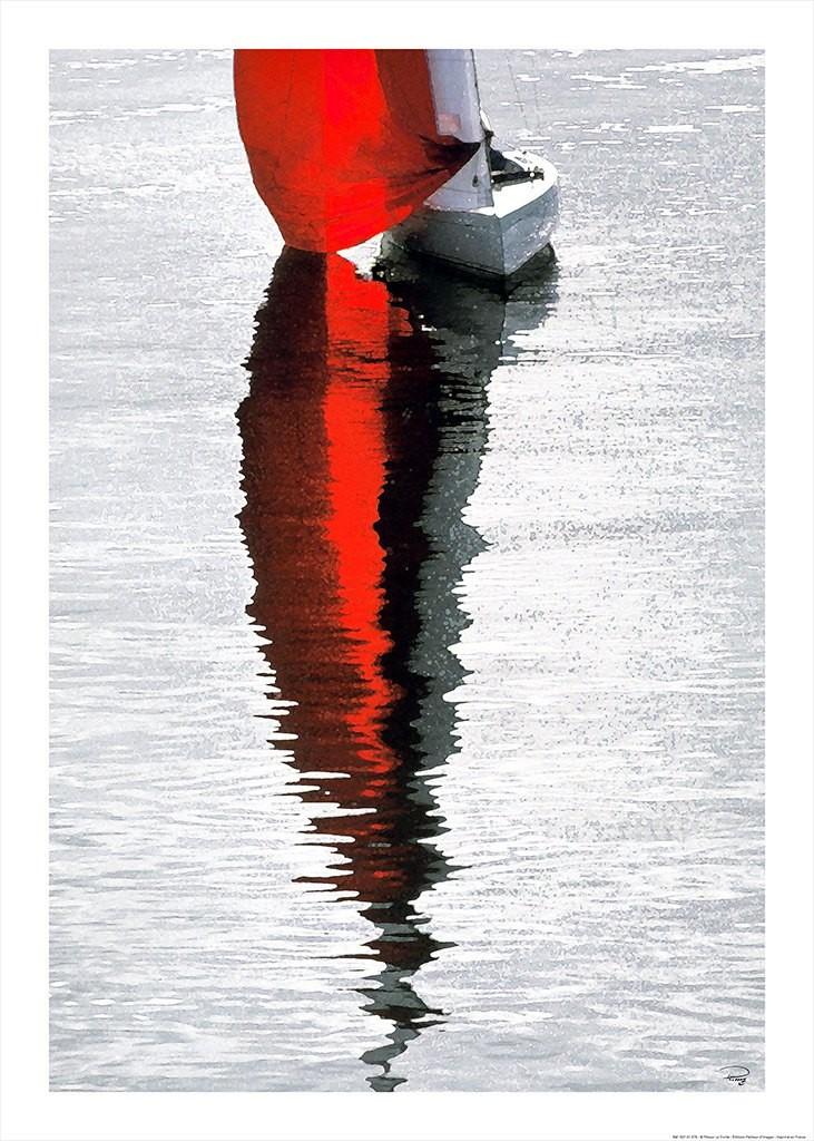 Philip Plisson, Voile rouge - La Trinité sur mer (Segelschiff, Spiegelung, Wasser, rotes Selgel, Segelsport, Meeresbrise, Meer, Treppenhaus, Badezimmer, Wohnzimmer, Photokunst, Fotokunst, bunt)