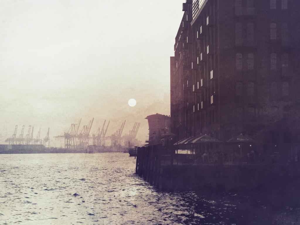Christian Bienefeld, Kontorhaus (Hafen, Hamburg, Architektur, Dunst, Nebel, Wohnzimmer, Treppenhaus, Fotokunst, bunt)