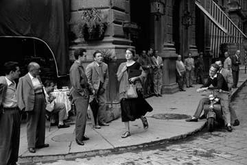 Leinwandbild Ruth Orkin - American Girl (American Scene, Amerikanerin, junge Frau, Italiener, 50ger Jahre, People & Eros, Fotografie, Treppenhaus, Wohnzimmer, schwarz/weiß)