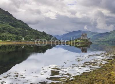 Alta Oosthuizen, Eilean Donan Castle at Dornie on Kyle of Lochalsh in Scotland wi (grossbritannien, uralt, architektur, attraktion, brücke, gebäude, schloss, keltisch, wolken, wolken, reiseziel, berühmt, kastell, festung, grau, highland, historisch, geschichte, insel, see, orientierungspunkt, landschaft, see, mittelalterliches, morgen)