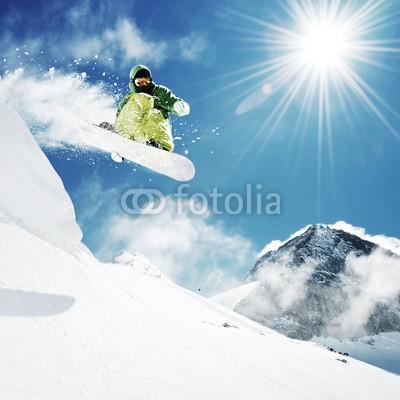 dell, Snowboarder at jump inhigh mountains (schnee, snowboard, snowboard, extrem, sprung, mann, snowboarder, skier, winter, aktion, aktiv, luft, blau, board, kalt, wettbewerb, kühl, gefährlich, downhill, schnell, einfrieren, guy, jacke, lebensstil, skilift, berg, draußen, pulver, erholung, resor)