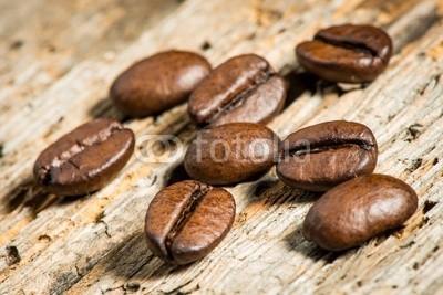 AK-DigiArt, Kaffeebohnen auf Holzbrett - Detailaufnahme (bohne, details, close-up, geschmack, trinken, holz, holzbrett, kaffee, kaffeeautomat, makro, geröstet, alt, aroma, aromatisch, bohne, braun, dunkel, geröstet, colour, flüssigkeit, frisch, koffein, morgens, natürlich, rustikal, schaufelbagge)