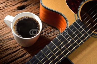 amenic181, coffee cup and guitar on wooden table (auf, tassen, alt, mug, scharf essen, kaffee, schaum, holz, essen, süss, musik, braun, aroma, trinken, klingen, pause, schwarz, geschmack, entspannen, frisch, melncholie, schnur, kaffee, gitarre, morgens, musikalisch, jahrgang, blase, getränke, musike)