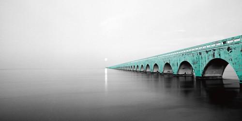 Anne Valverde, Seven Miles (Wunschgröße, Fotokunst, Modern, Brücke, Florida Keys, Amerika, oversea-highway,  Architektur, grüne Brücke, Landschaften, Nebel, dunst, Landschaftsfotografie, Büro, Wohnzimmer,grau, grün)