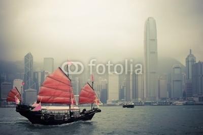 chungking, chinese style sailboat in Hong Kong (hong kong, segelboot, traditionell, hölzern, hafen, asien, asiatisch, boot, gebäude, china, chinese, stadt, stadtlandschaft, küste, fähre, hafen, hong, kong, meer, schiff, fremdenverkehr, touristen, reisen, urlaub, bewölkt, architektur, busines)