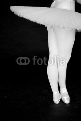 daniel mauch, ballerina (Wunschgröße, Fotografie, Photografie, figurativ, Mensch, Frau, Tänzerin, Ballett, Detail, Ausschnitt, Beine, Drehung, Harmonie, Eleganz, Tutu, Tüllkleid, Tanzschule, Ballettschule, schwarz / weiß)