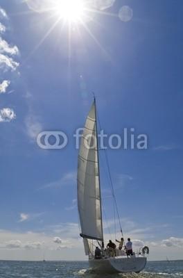 Darren Baker, A yacht sailing on a bright sunny summer day (yacht, sailing, sonne, sonnenschein, abenteuer, meer, gespann, zusammenarbeit, blau, himmel, boot, schiff, hot, sommer, regatta, rennsport, crew, wind, segel, horizont, sport, spaß, wasser, welle, entdeckungsreis)