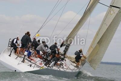 Darren Baker, powering through (yacht, boot, segel, wettrennen, sailing, rennsport, crew, gespann, zusammenarbeit, kräfte, erfolg, welle, meer, wasser, regatta, gischt, wind, windig, segel, bewölkt, wolke)