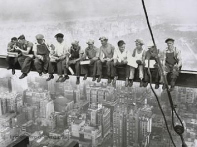 Charles Ebbets, Lunchtime atop Skyskraper (Fotografie, Amerika, New York, Rockefeller Center, Mittagspause, Wolkenkratzer, Hochhaus, Arbeiter, Stahlträger, Büro, Wohnzimmer, Arztpraxis, schwarz/weiß)