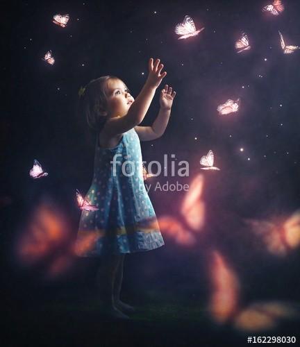 kevron2001, Litter girl chasing butterflies (schmetterling, mädchen, nacht, kind, kleinkind, baby, glühen, licht, insekt, gehetzt, vorstellung, kuriosität, spaß, erforschen, abend, dunke)
