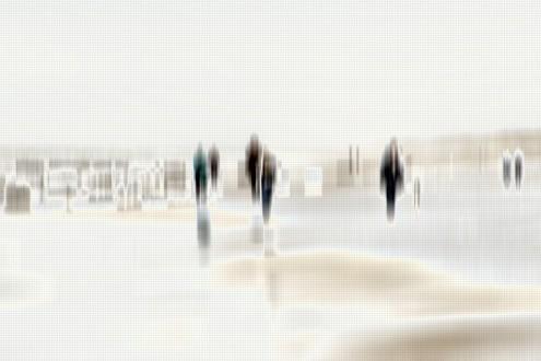Gerhard Rossmeissl, Walking People I (Strand, Meer, Spaziergänger, Strandspaziergang, Verzerrung, unscharf, Wunschgröße, Fotokunst, figurativ, Schlafzimmer, Wohnzimmer, zeitgenössisch, grau / beige)