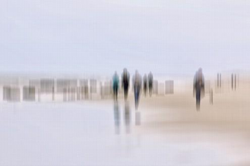 Gerhard Rossmeissl, Walking People III (Strand, Meer, Spaziergänger, Strandspaziergang, Verzerrung, unscharf, Wunschgröße, Fotokunst, figurativ, Schlafzimmer, Wohnzimmer, zeitgenössisch, grau / beige)