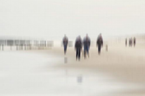 Gerhard Rossmeissl, Walking People II for Andrea (Strand, Meer, Spaziergänger, Strandspaziergang, Verzerrung, unscharf, Wunschgröße, Fotokunst, figurativ, Schlafzimmer, Wohnzimmer, zeitgenössisch, grau / beige)