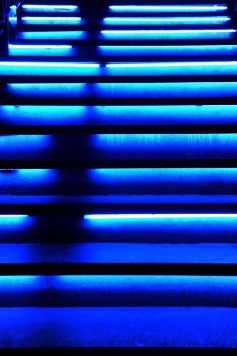 Hady Khandani, BLUE ILLUMINATED STAIRS (HADYPHOTO, Treppe, Stufen, blaue Stufen, beleuchtete Stufen, Nahaufnahme, Fotokunst, Wunschgröße, Wohnzimmer, Treppenhaus, Büro, blau)