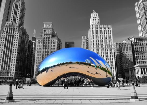 Hady Khandani, COLORSPOT - CLOUD GATE CHICAGO (HADYPHOTO, Wunschgröße, Fotografie, Fotokunst, Colorspot, Amerika, Stadt, Chicago, Millenium Platz, Architektur, Gebäude, Hochhäuser, Skulptur, Anish Kapoor, Spiegelung, Reflexion, Büro, Wohnzimmer, schwarz/weiß/blau)