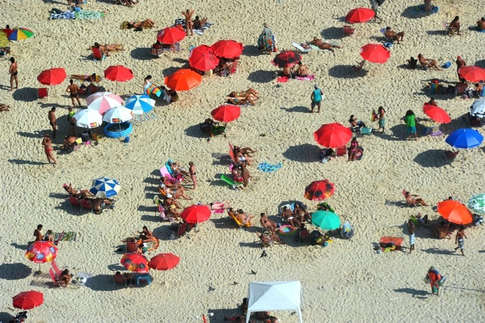 Hady Khandani, DAY AT THE BEACH 1 (HADYPHOTO, Brasilien, Strand, Sandstrand, Urlaub, Sonnenschirme, Luftbild, Rio de Janeiro, Fotografie, Wunschgröße, Wohnzimmer, Treppenhaus, bunt)