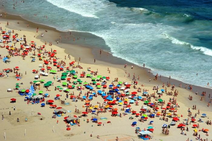 Hady Khandani, DAY AT THE BEACH 3 (HADYPHOTO, Brasilien, Strand, Sandstrand, Urlaub, Meer, Meeresbrise, Wellen, Sonnenschirme, Luftbild, Rio de Janeiro, Fotografie, Wunschgröße, Wohnzimmer, Treppenhaus, bunt)