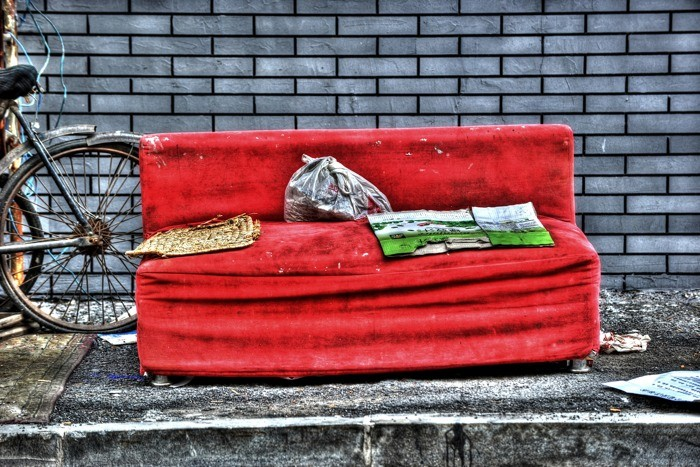 Hady Khandani, HDR - OLD RED COUCH - SHENYANG - CHINA (HADYPHOTO, alte Couch, Fahrrad, Müll, Hauswand, China, Fotokunst, Wunschgröße, Wohnzimmer, Treppenhaus, bunt)