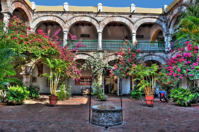Hady Khandani, HDR - PATIO WITH WELL - CARTAGENA - COLOMBIA (HADYPHOTO, Fotografie)
