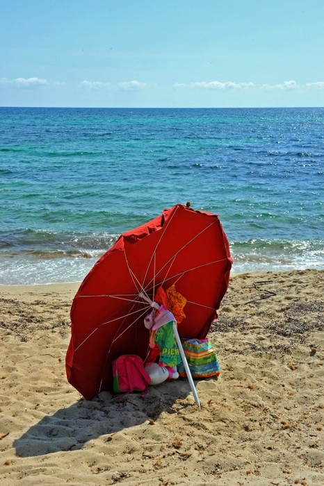 Hady Khandani, RED UMBRELLA AT THE BEACH (HADYPHOTO, Fotografie)