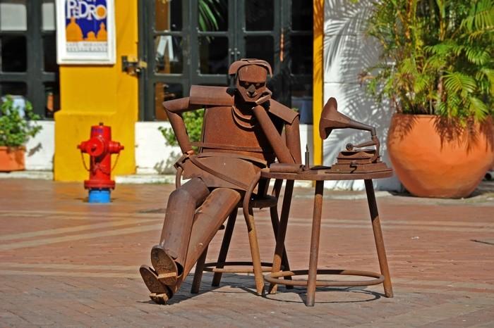 Hady Khandani, SCULPTURE - MAN WITH GRAMOPHONE (HADYPHOTO,Skulptur, modern, Metall, Cafe, Mann,  Grammophon, Fotokunst, Wunschgröße, Wohnzimmer, Treppenhaus, bunt)