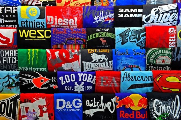 Hady Khandani, SHIRTS (HADYPHOTO, T-Shirt, Bekleidung, Händler, Verkauf, Textilien, Stapel, Fotografie, Wunschgröße, Wohnzimmer, Treppenhaus, bunt)