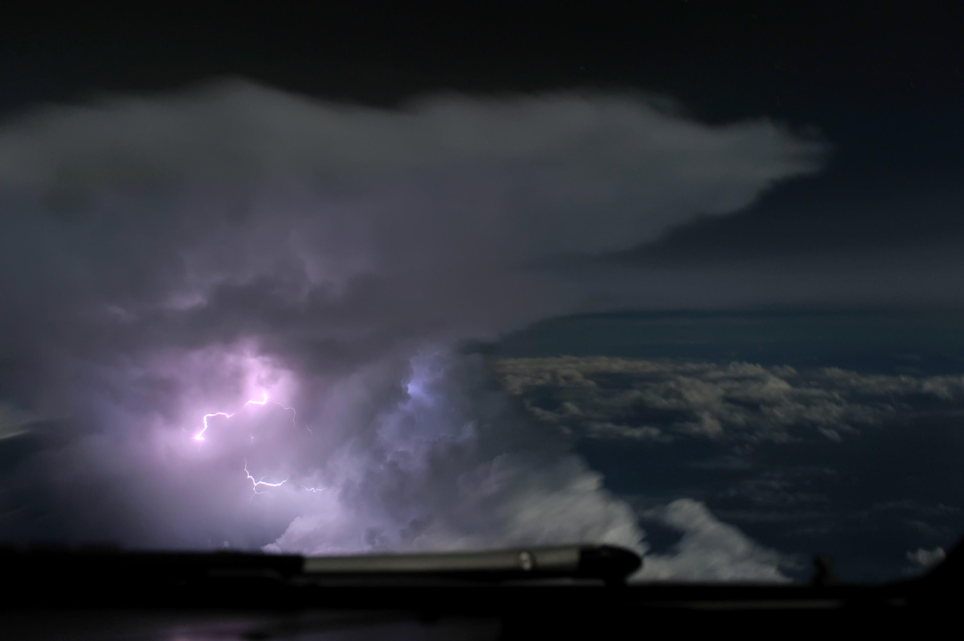 Hady Khandani, THUNDERCLOUD AND LIGHTNING (HADYPHOTO, Wolken, über den Wolken, Wolkendecke, Luftbild, Unwetter, Blitz und Donner, Elektrizität, Fotokunst Wunschgröße, Wohnzimmer, Treppenhaus, schwarz/weiß)