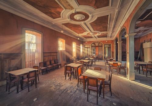 Matthias Haker, The Dining Room (Interieur, Restaurant, Speisesaal, Vergänglichkeit, Erinnerung, Nostalgie, Prunk, Pracht, Vergangenheit, Gebäude / Architektur, Verfall,  Wunschgröße, Nostalgie, Modern, Wohnzimmer, Schlafzimmer, bunt)