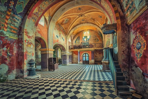 Matthias Haker, The Colors Remain (Interieur, Halle, Gebäude / Architektur, Wandverzierungen, historisch, prunkvoll, Bögen Licht, Schatten, Verfall, Schloss, Wohnzimmer, Wunschgröße, bunt)