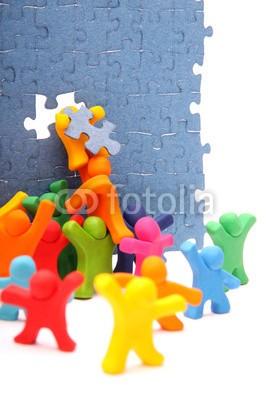 Mirko Raatz, Zusammen reparieren wir die Puzzlewand (puzzlespiel, gespann, zusammenarbeit, reparatur, abtrennung, erfolg, kooperation, hilfe, beförderung, zusammen, zusammen, vortbewegungsmittel, wand, spiel, kinder, puzzleteil, zahnlücke, schließen, komplett, zusammenfügen, insert, tragen sie ein, hoc)