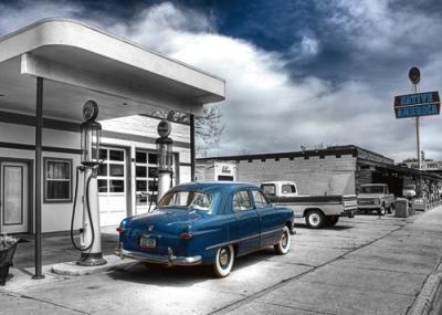 Aurélien Terrible, Native Us (Fotokunst, Tankstelle, Architektur, Nostalgie, Oldtimer, blaues Auto, Amerika, Treppenhaus, Wohnzimmer, grau / blau)