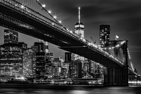 Toby Seifinger  New York Skyline at Night (New York, Stadt, Metropole, Skyline, Brooklyn Bridge, nachtszene, Beleuchtung,  Photokunst, Wunschgröße, Wohnzimmer, Büro, zeitgenössisch, schwarz / weiß)
