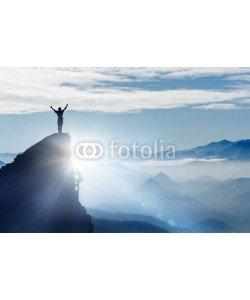 Visions-AD, Bergsteiger auf einem Gipfel im Gebirge bei Nebel