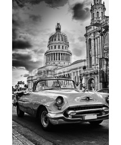 javigol860101, Black and white image of Havana street with vintage car and Capi