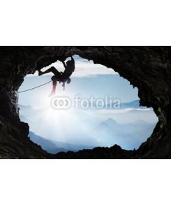 Visions-AD, Bergsteiger im Hochgebirge an einem Höhlenausgang