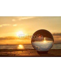 Foto-Ruhrgebiet, Die Sonne geht über dem Bodensee unter und leuchtet durch eine Glaskugel.