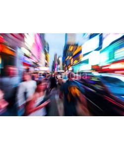 Christian Müller, Menschenmengen und städtischer Verkehr im nächtlichen Manhattan mit kreativem Zoomeffekt