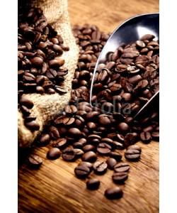 AK-DigiArt, Kaffeetasse und geröstete Bohnen auf Holztisch - Kaffeegenuss